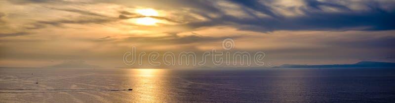 Złoty zmierzch na morzu zatoka Sorrento obrazy royalty free