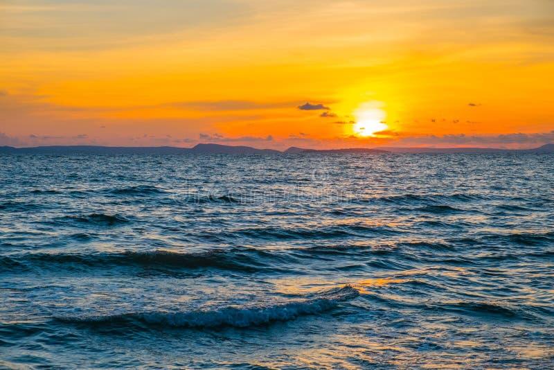 Złoty zmierzch nad morzem obrazy royalty free
