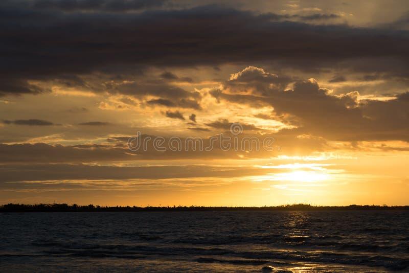 Złoty zmierzch nad oceanem zdjęcie stock