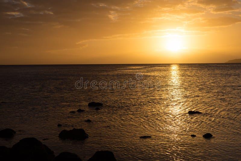 Złoty zmierzch nad oceanem drucik zdjęcie royalty free