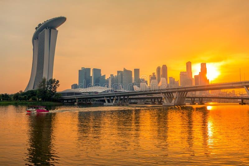 Złoty zmierzch nad Singapur śródmieściem zdjęcie royalty free
