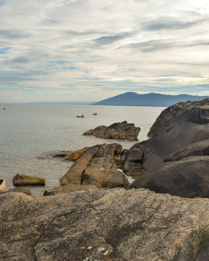 Złoty zmierzch przy Kande plażą, Jeziorny Malawi, Malawi obraz stock