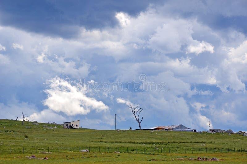 Złowieszcze dramatyczne burz chmury nad ziemią uprawną fotografia royalty free
