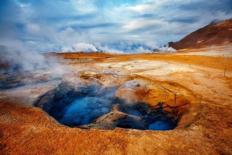 Złowieszczego widoku geotermiczny teren Hverir Hverarond blisko Jeziornego Myvatn fotografia stock