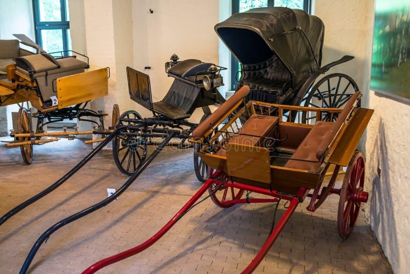 Zły Bentheim Niemcy, Czerwiec, - 9, 2019 Starzy, antykwarscy końscy frachty, parkujący w grodowym garażu obrazy royalty free