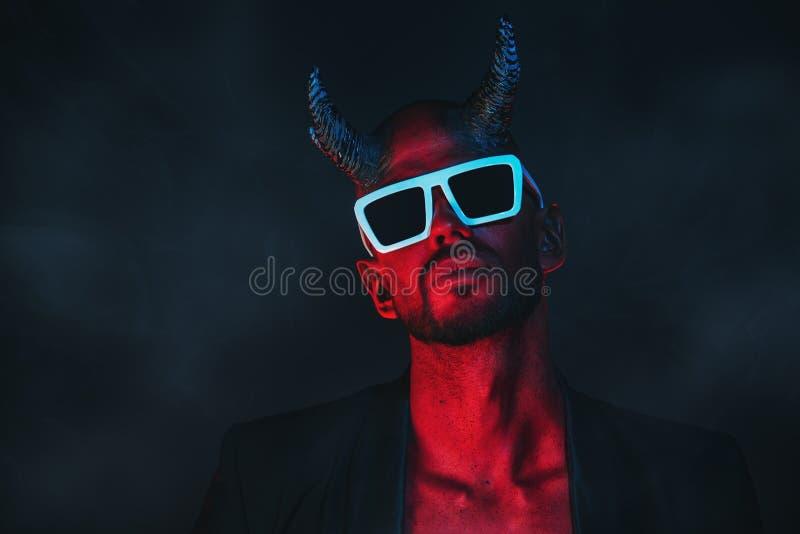 Zły demon w okularach przeciwsłonecznych zdjęcie royalty free