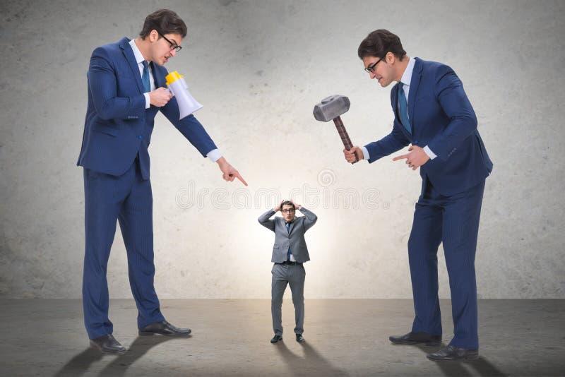 Zły gniewny szef napastuje pracownika w biznesowym pojęciu obrazy royalty free