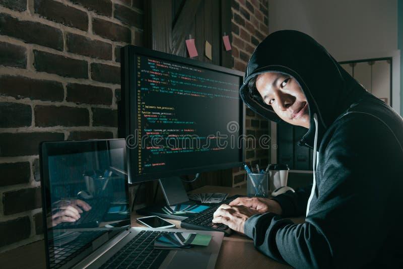 Zły młody komputerowy programista jako hacker fotografia royalty free