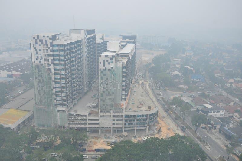 Zły mgiełka warunek z niską widocznością w Petaling Jaya niedaleki Kuala Lumpur