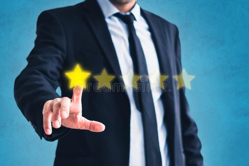 Zły przegląd, biznesmen daje jeden pięć gwiazd - negatywna kostiumowa informacje zwrotne obraz stock