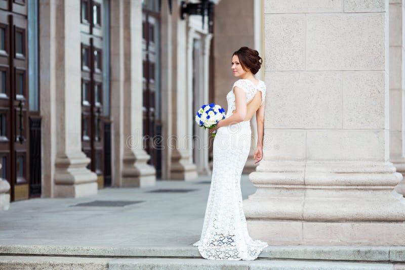 Z ślubnym bukietem elegancka panna młoda obraz stock