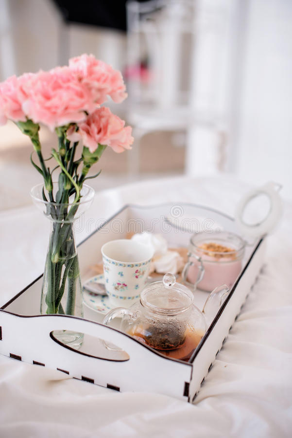 Z śniadaniem w łóżkowej tacy zdjęcie royalty free