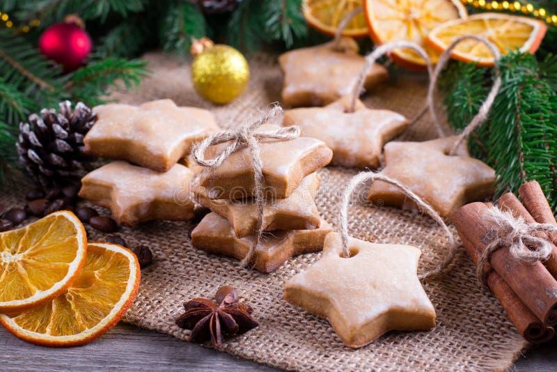 Z świąteczną dekoracją bożenarodzeniowi ciastka zdjęcia stock