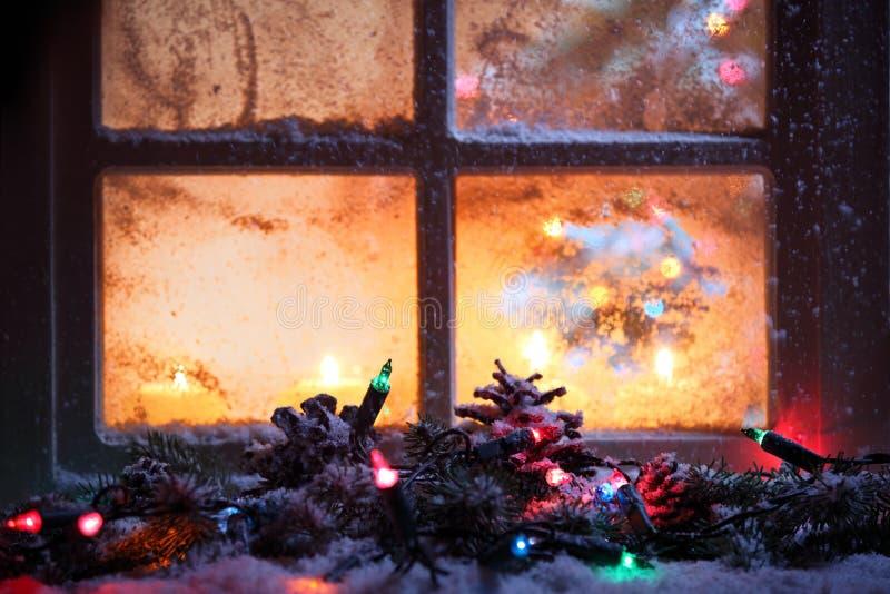 Z świątecznymi światłami światło okno fotografia stock