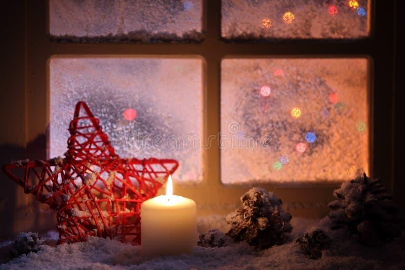 Z świątecznymi świeczkami świeczka okno obrazy stock