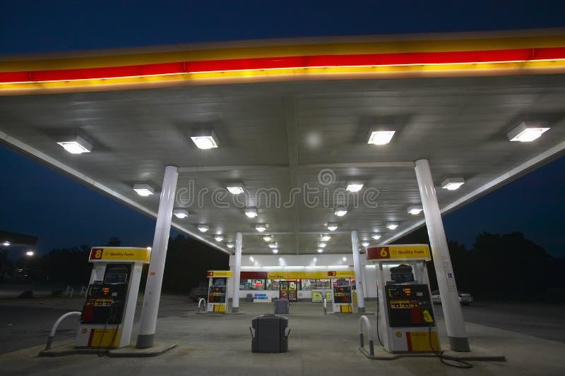 Z światłami dalej benzynowa Stacja zdjęcia royalty free