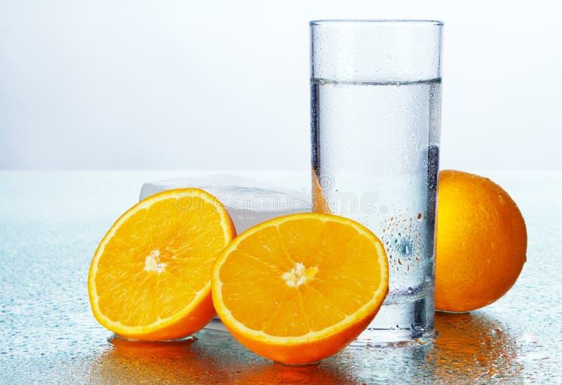 Z świeżą wodą pomarańczowi plasterki zdjęcia royalty free