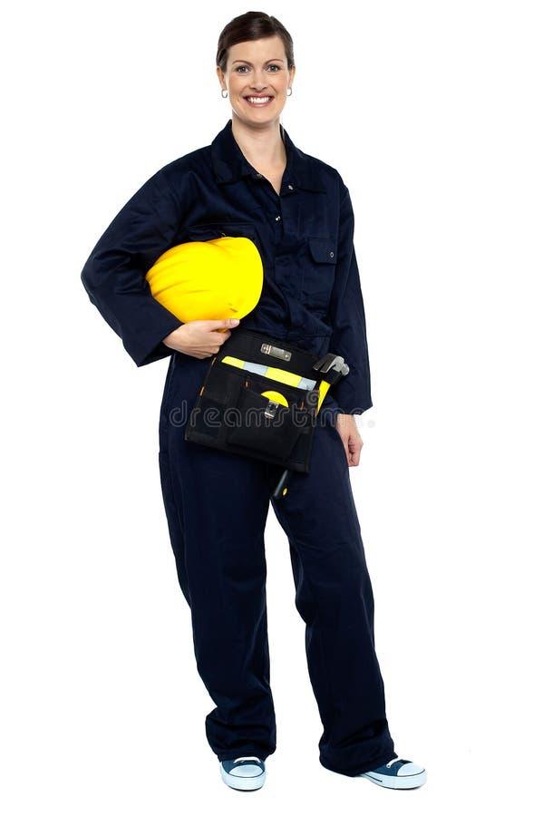 Z żółtym hełmem zrelaksowany pracownik budowlany zdjęcie stock