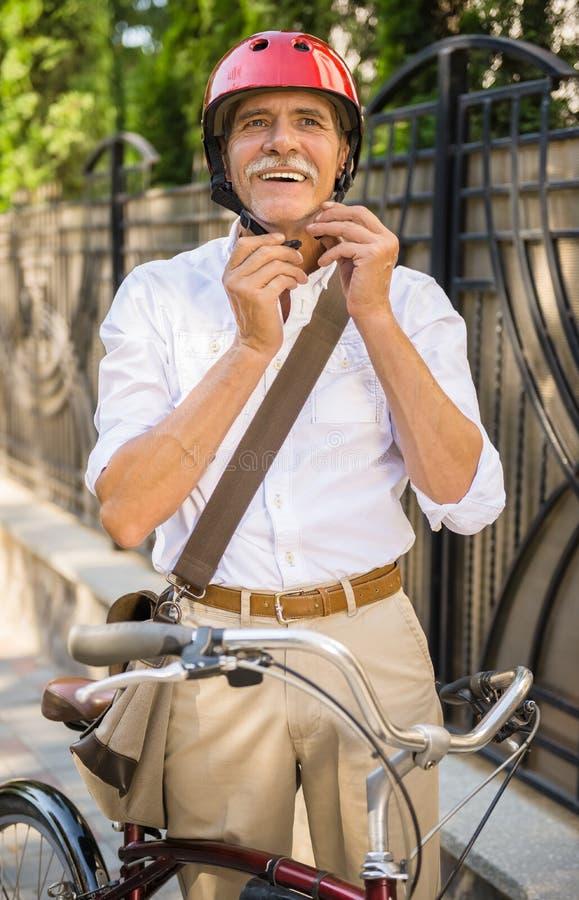 Z bicyklem starszy mężczyzna obrazy stock