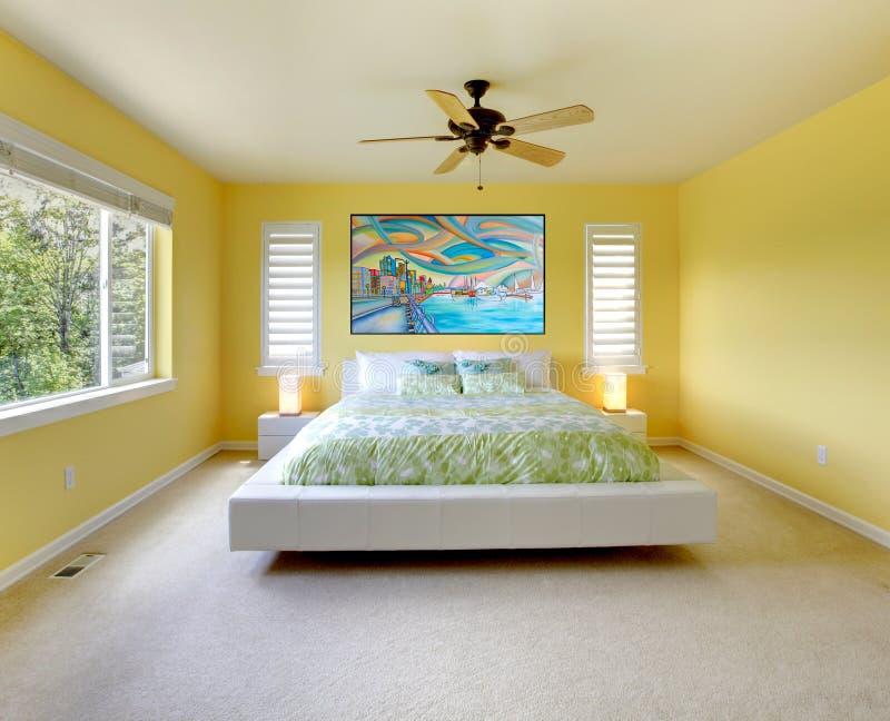 Z biel łóżkiem żółta nowożytna sypialnia. obraz royalty free