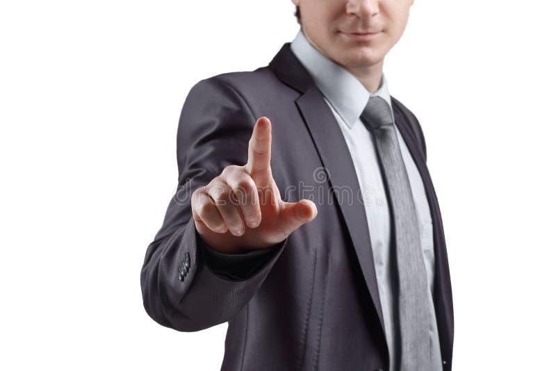 z bliska biznesmen naciska jego palec na wirtualnym punkcie Odizolowywający na popielatym tle zdjęcia royalty free