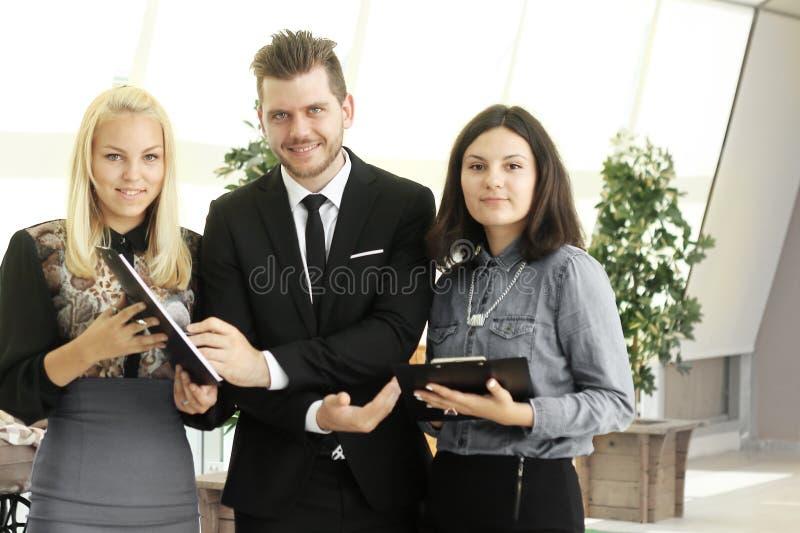 z bliska biznesmena i personelu pozycja w kreatywnie biurze zdjęcie royalty free