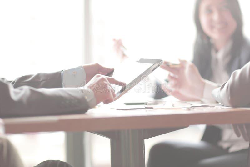 z bliska Biznesu drużynowy obsiadanie przy biurkiem obraz royalty free