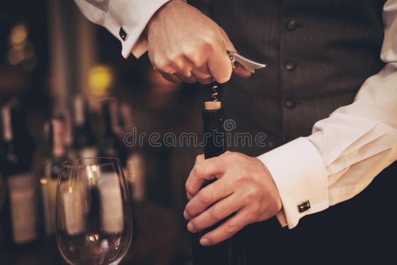 z bliska Elegancki sommelier uncorking butelkę wino w restauraci czara ręki degustaci wino obrazy royalty free