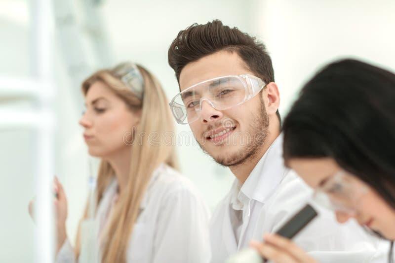 z bliska grupa młodzi naukowowie w laboratorium fotografia stock