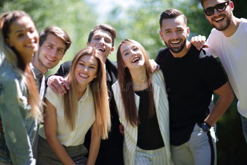 z bliska grupa pomyślni młodzi ludzie zdjęcie stock