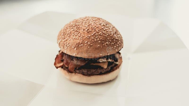 z bliska Kulinarny hamburger w jedzenie ciężarówce fotografia stock