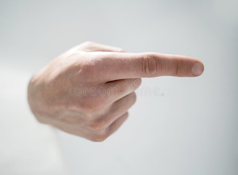 z bliska mężczyzna ` s ręki łamanie przez papieru i wskazywać w ten sposób zdjęcia stock