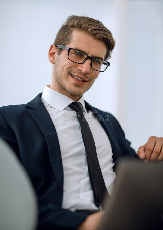 z bliska młody biznesmen patrzeje laptopu ekran obraz royalty free