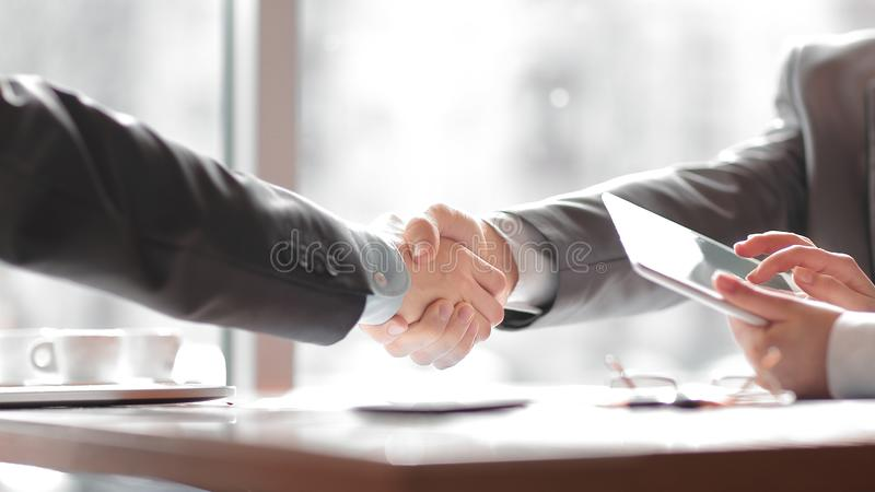 z bliska mile widziany uścisków dłoni partnery biznesowi pojęcia prowadzenia domu posiadanie klucza złoty sięgający niebo zdjęcie stock