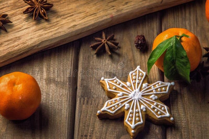 z bliska Miodowy miodownik, pomarańczowi tangerines i gwiazdy, brązowe drewniane tła obrazy stock