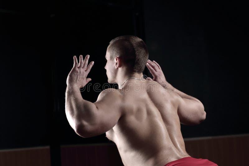 z bliska odosobniony tylni widok biel męski bodybuilder wykonuje ćwiczenie zdjęcie royalty free