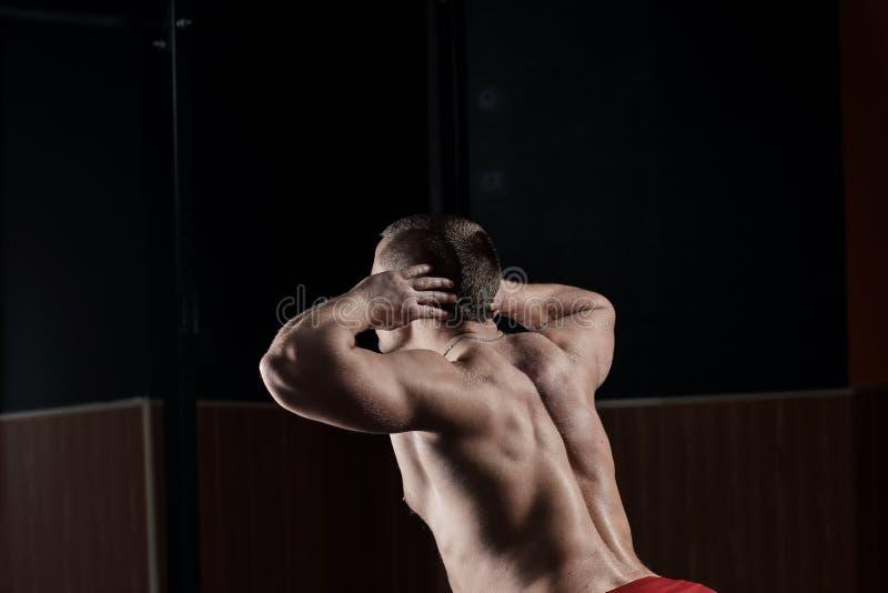 z bliska odosobniony tylni widok biel m?ski bodybuilder wykonuje ?wiczenie obraz stock