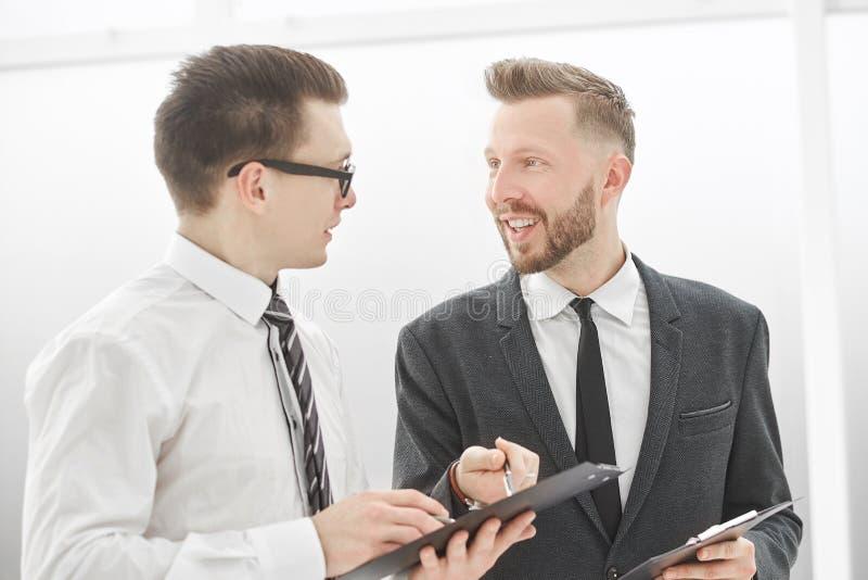 z bliska partnery biznesowi dyskutuje terminy kontrakt obrazy stock