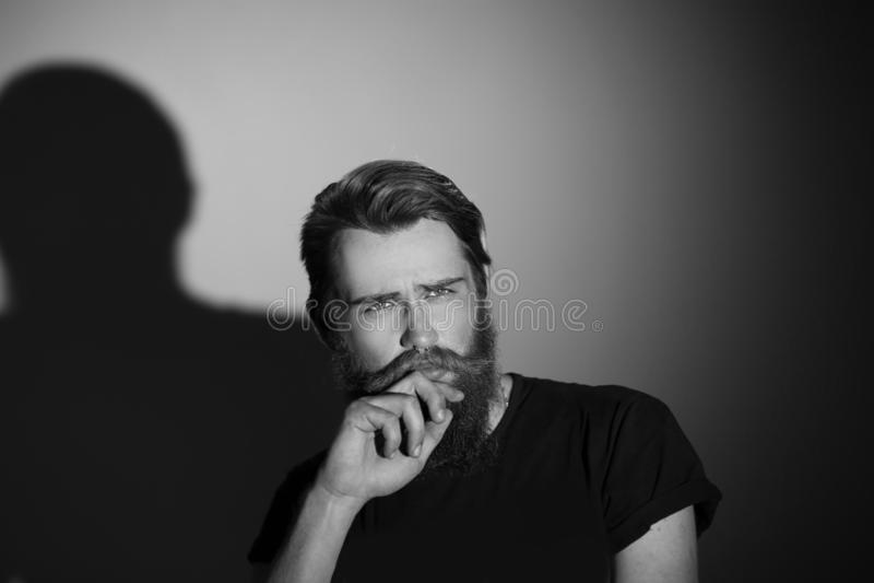 z bliska portret rozważny poważny mężczyzna zdjęcie royalty free