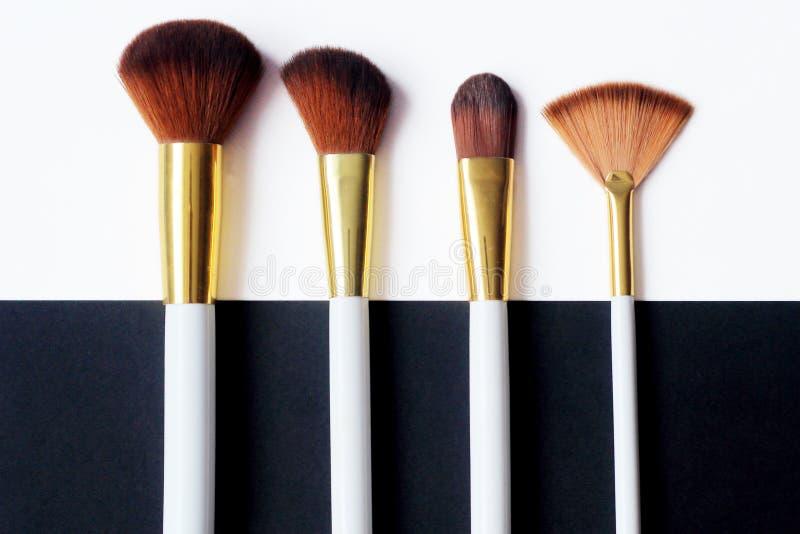 z bliska set makeup muśnięcie ustawia na czarny i biały tle obraz royalty free