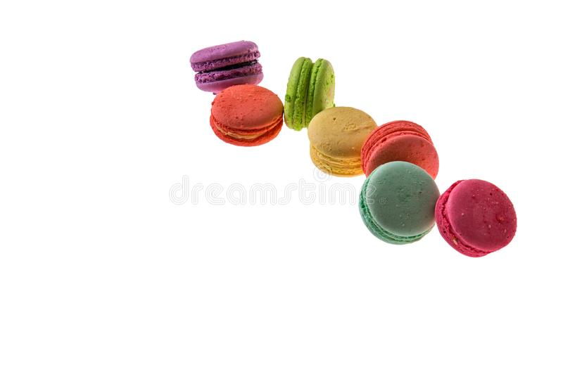 z bliska Smakowici francuscy macarons odizolowywający na białym tle Set ciastka lokalizuje diagonally od lewej do prawej obraz stock