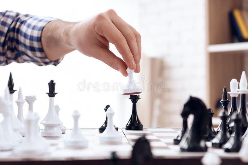 z bliska Szachowy gracz chodzi z pionkiem obraz royalty free