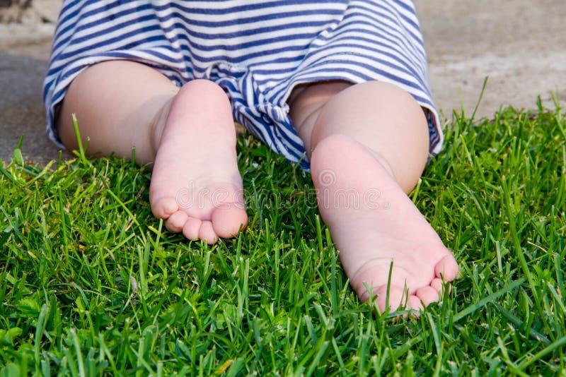 z bliska Szczęśliwi dziecko cieki Bosi na Zielonej trawie Zdrowy Styl życia Wiosna czas… wzrastał liście, naturalny tło odosobnio fotografia stock