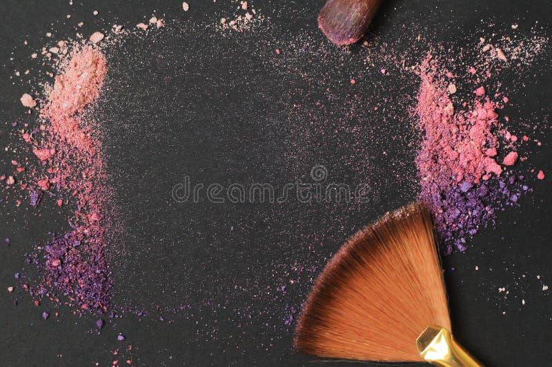 z bliska tekst rama z makeup szczotkuje na czarnym tle obrazy stock