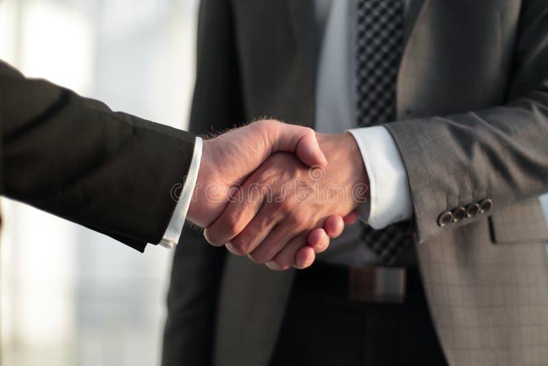 z bliska Uścisków dłoni partnery biznesowi zdjęcie stock