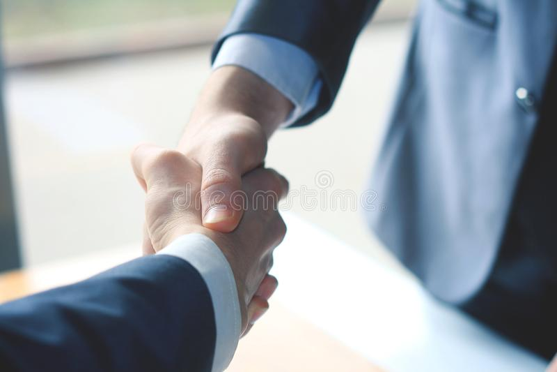 z bliska uścisków dłoni partnery biznesowi na zamazanym tle zdjęcie stock