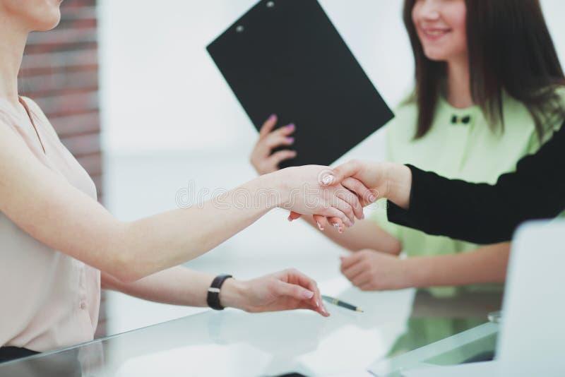 z bliska uścisk dłoni dwa biznesowej kobiety kobieta i biznes zdjęcie royalty free