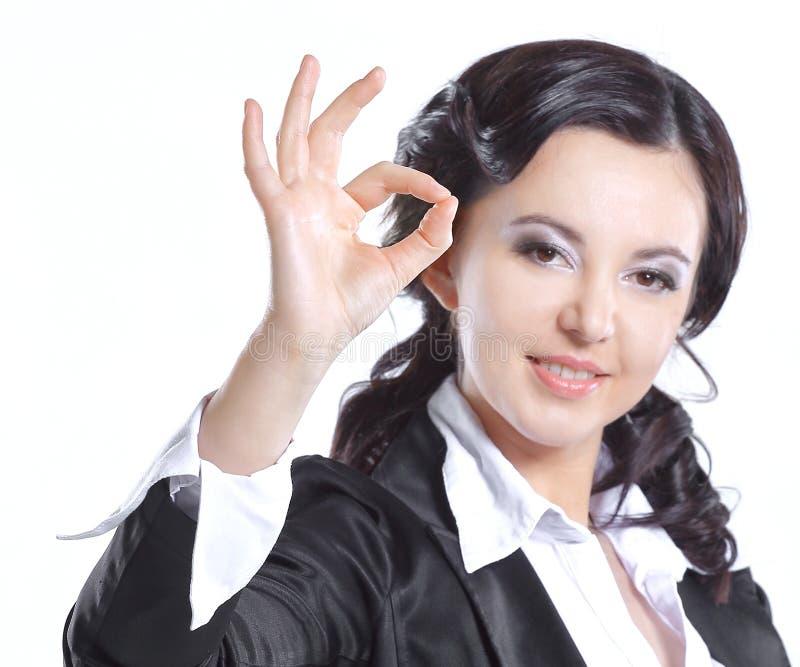 z bliska uśmiechnięty biznesowej kobiety seansu gesta OK Odizolowywający na bielu obraz stock