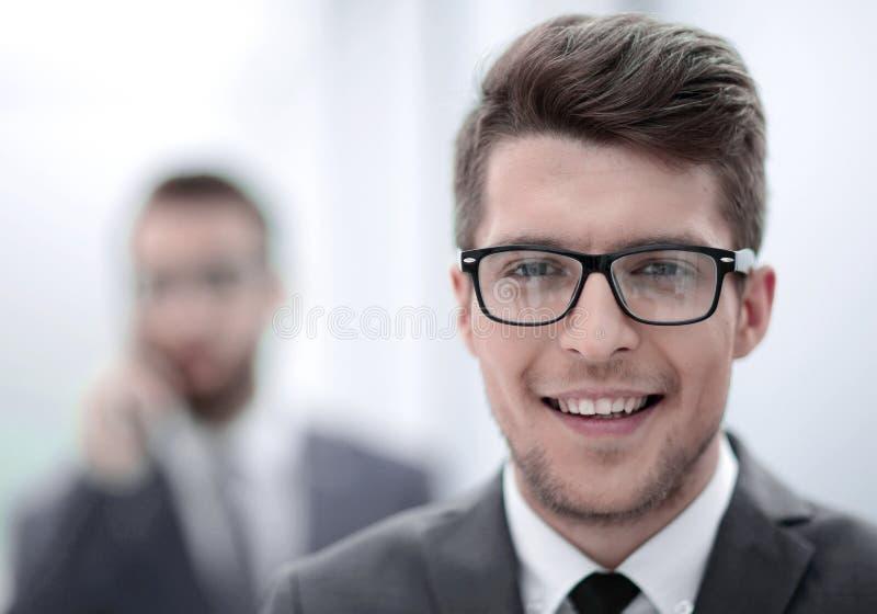 z bliska uśmiechnięty młody biznesmen w biurowym tle obrazy royalty free