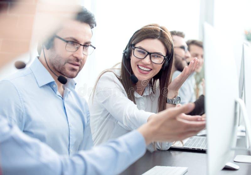 z bliska uśmiechnięty pięcioliniowy centrum telefoniczne dyskutować biznesowych zagadnienia zdjęcia royalty free